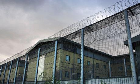 O que acontece dentro dos centros de detenção de imigração no Reino Unido